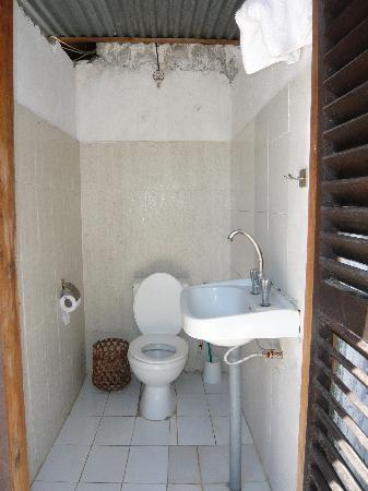 The Manta Resort: the very inviting 5 star toilet in the pool area