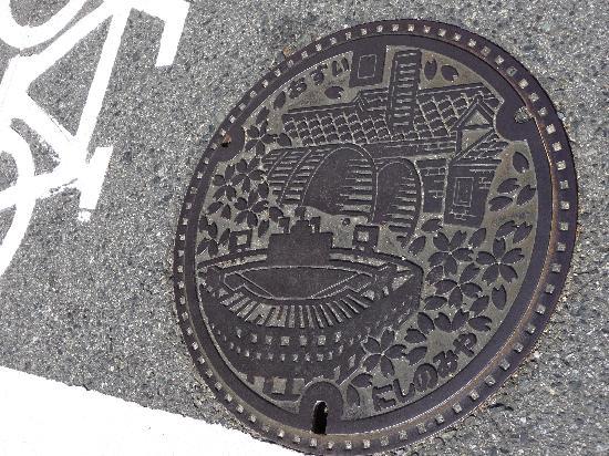 Hanshin Koshien Stadium: 西宮市のマンホールには甲子園球場^^