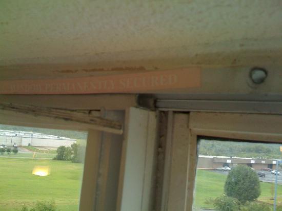 Motel 6 Memphis: Window condition