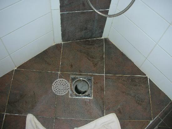هوتل لو ميسترال: la doccia rotta