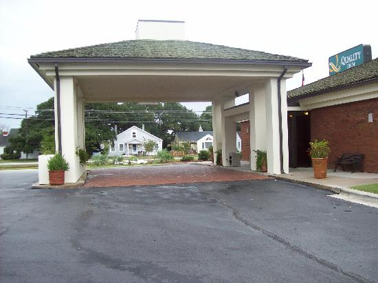 Quality Inn Morehead City: Canopy to the entrance of the hotel
