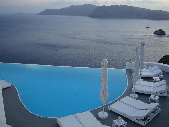 Katikies Hotel: Main pool - early evening