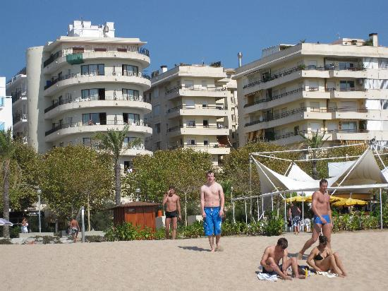 Haromar Hotel: Hotel Haromar from beach far left.