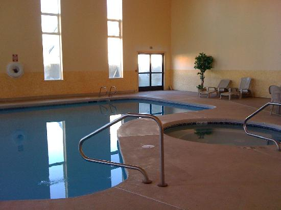 HillSide Inn: Large clean pool and hot tub