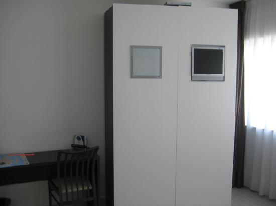 Ca' del Moro Foresteria: Closet with TV
