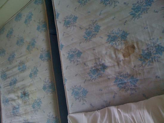 Mistral Hotel Piraeus: mattress 2