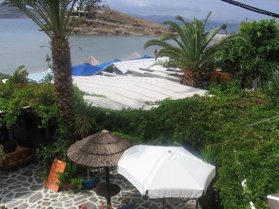 Saint George Hotel: Plage et restaurants juste en bas