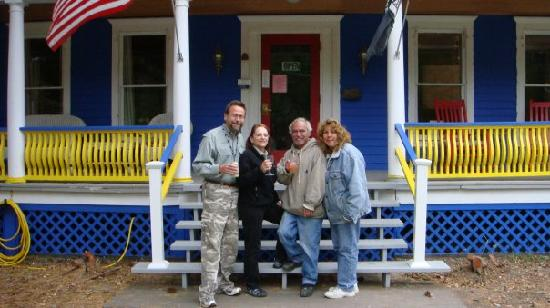 Roscoe, NY: Deb, Louie, Sue and Jack in front of the Reynolds House