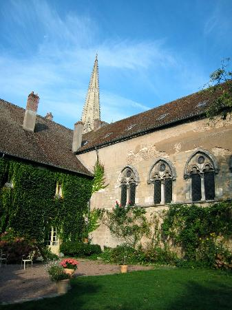 Autun, ฝรั่งเศส: The delightful garden, which is completely open to guests