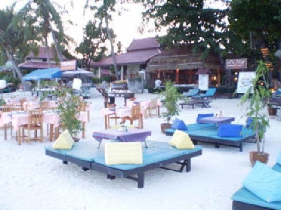 Al's Hut Resort: le resto qui prend place sur la plage le soir venu