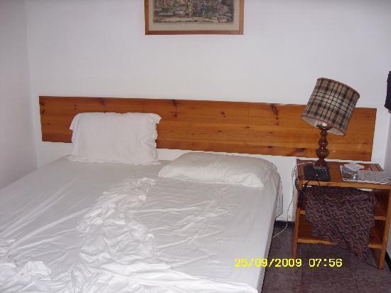 Holiday Club Naxos: la camera da letto... notare la lampada trovata così