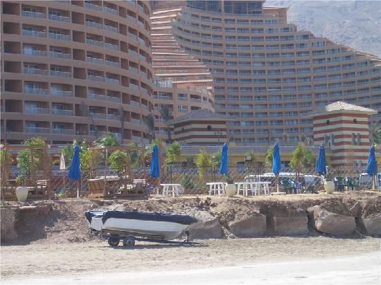 Porto Sokhna Beach Resort: hotel from the beach (below the blue umbrellas) & the residential apartments