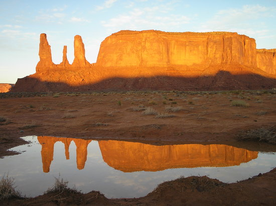 Monument Valley, UT: Early morning sun rise