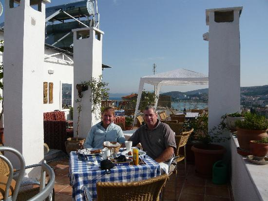Anzac Golden Bed Pansiyon: Enjoying breakfast on rooftop terrace