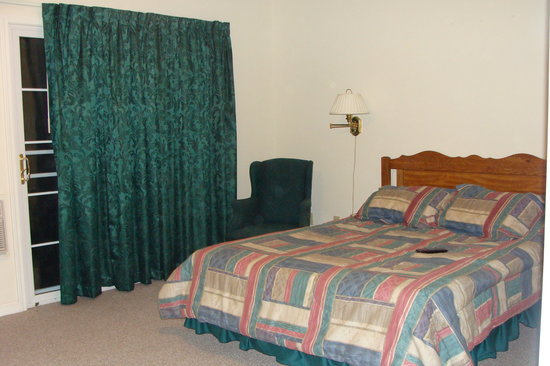 Five Star Inn: Bed and sliding door to balcony
