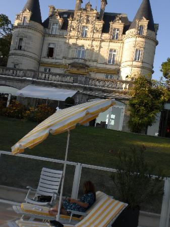 vue chateau hotel + piscine