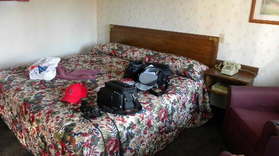 Yankee Village Motel: Large bed!