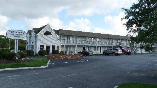 Yankee Village Motel: Outside the motel