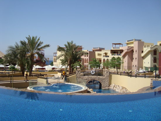 Movenpick Resort & Spa Tala Bay Aqaba: You can see the Jaquzzi and Lazy river from the Adult pool