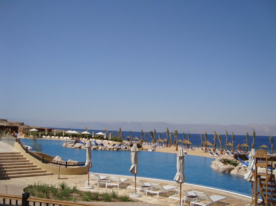 Movenpick Resort & Spa Tala Bay Aqaba: Lower pool overlooking the Beach