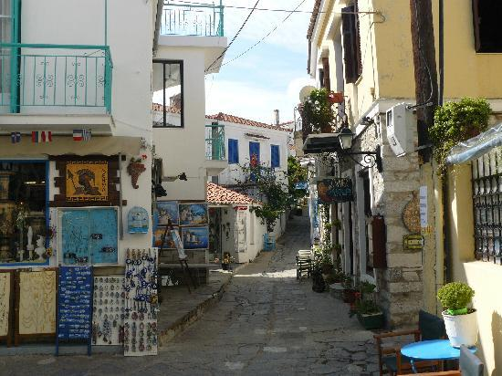Troulos, Greece: Side street in Skiathos town