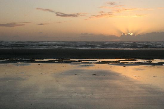 Chautauqua Lodge: Sunset on beach just outside the lodge.