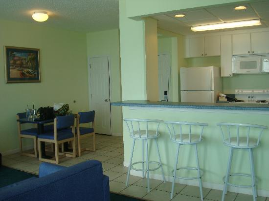 Palmetto Inn & Suites: Kitchen area in room