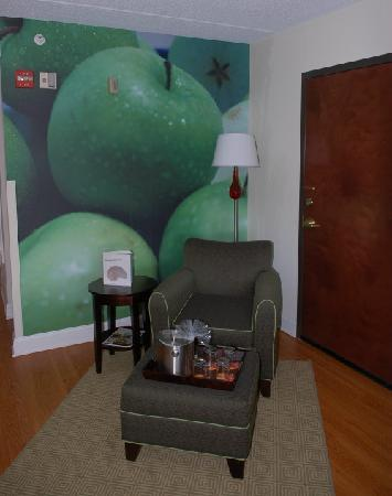 ‪‪Hotel Indigo Albany-Latham‬: Giant apples, a comfy chair, and a good book‬