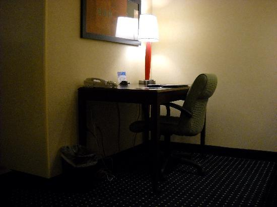 SpringHill Suites West Mifflin: Desk area - Can eat here...