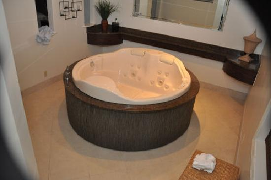 Ambiance Inn & Suites: HUGE round tub in living room
