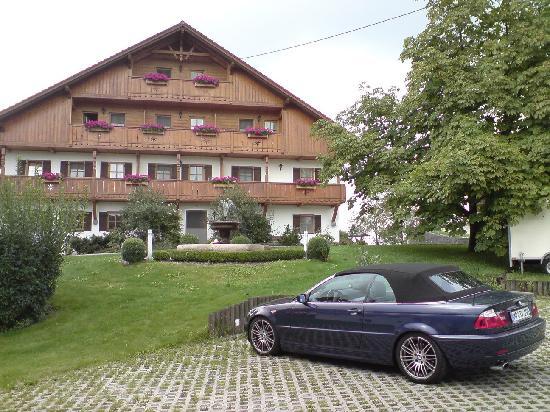Landhaus Kossel: Haupthaus mit einem von insgesamt 3 großen Parkplätzen