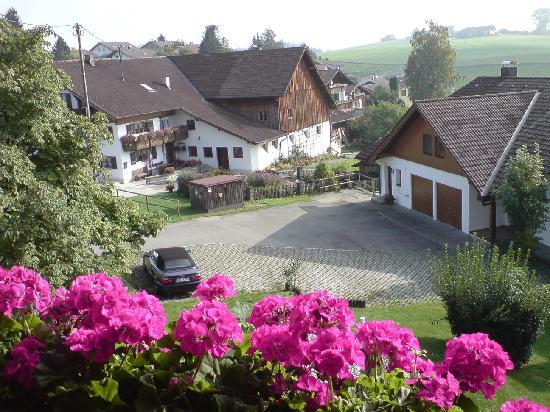 Landhaus Kossel: Blick vom Balkon auf das Nebenhaus (rechts)