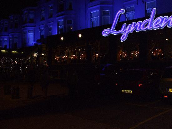 Lyndene Hotel: Lyndene at night