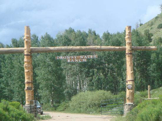 Drowsy Water Ranch: Entrance to the ranch