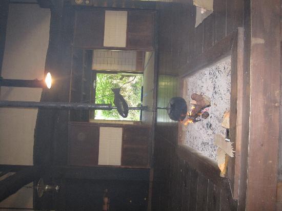 Nagiso-machi, Japan: 妻籠・馬籠峠間にある無料休憩所のいろり