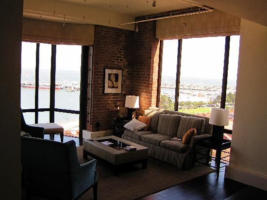 Fairmont Heritage Place, Ghirardelli Square: Bay windows in Family Room