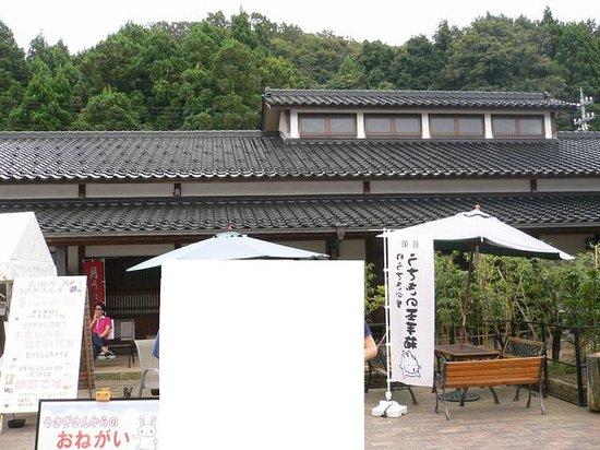 Kaga, Giappone: 向かって左が神社、右がshop