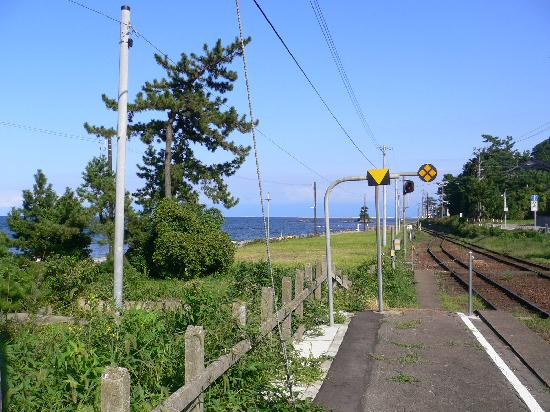 Takaoka, Japan: 雨晴駅から海岸を望む