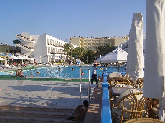 Shedwan Garden Hotel : Blick von der Poolbar zum Hotel