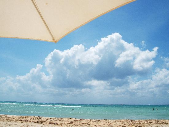 Hotel Colibri Beach : le ciel, la mer et un bout de parasol de l'hotel...
