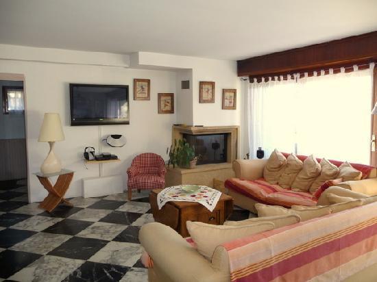 Le Grand Chalet: Wohnzimmer mit Kamin