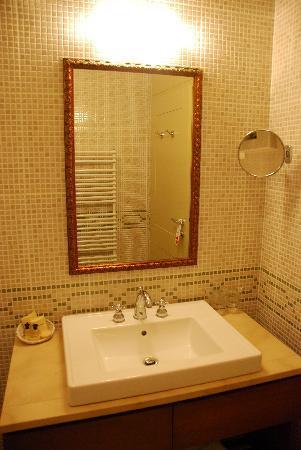 Hotel Mitra: Stylish bathroom