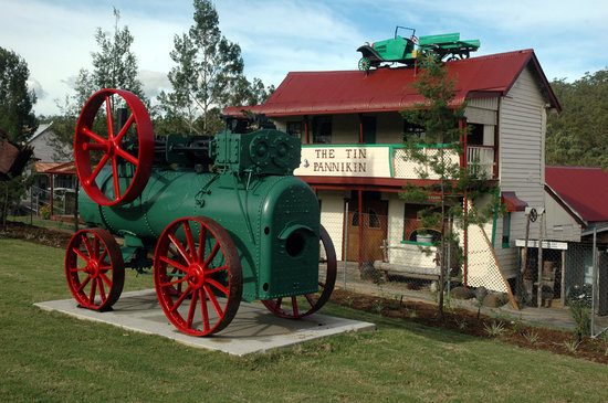 Herberton, Αυστραλία: Tin Pannikin Pub with Engine on Lawn in Front