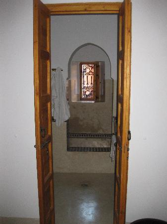 Riad Slawi: Entrance to very nice bathroom