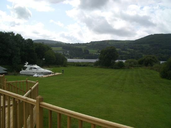 Kingfisher Lodge: Blick von der großen Holzterrasse über das Anwesen und auf den See (Loch Derg)