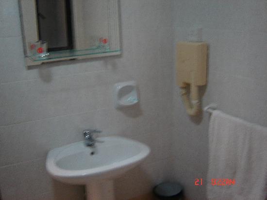 Euroclub Hotel: bathroom
