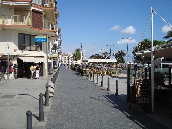 H10 Salauris Palace: Cambrils-shops-restaurants