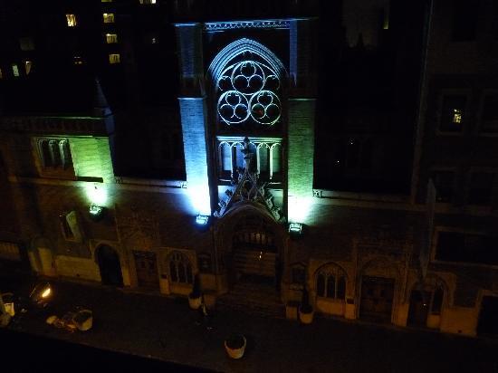 Mayfair Hotel: Catholic Church across the street