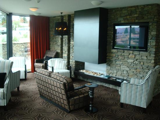 Queenstown Park Boutique Hotel: Fireplace/lounge
