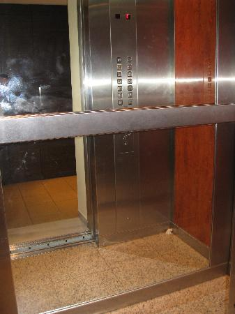 Best Western Pythagorion Hotel: Small elevator